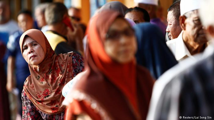 Malaysians vote for new parliament