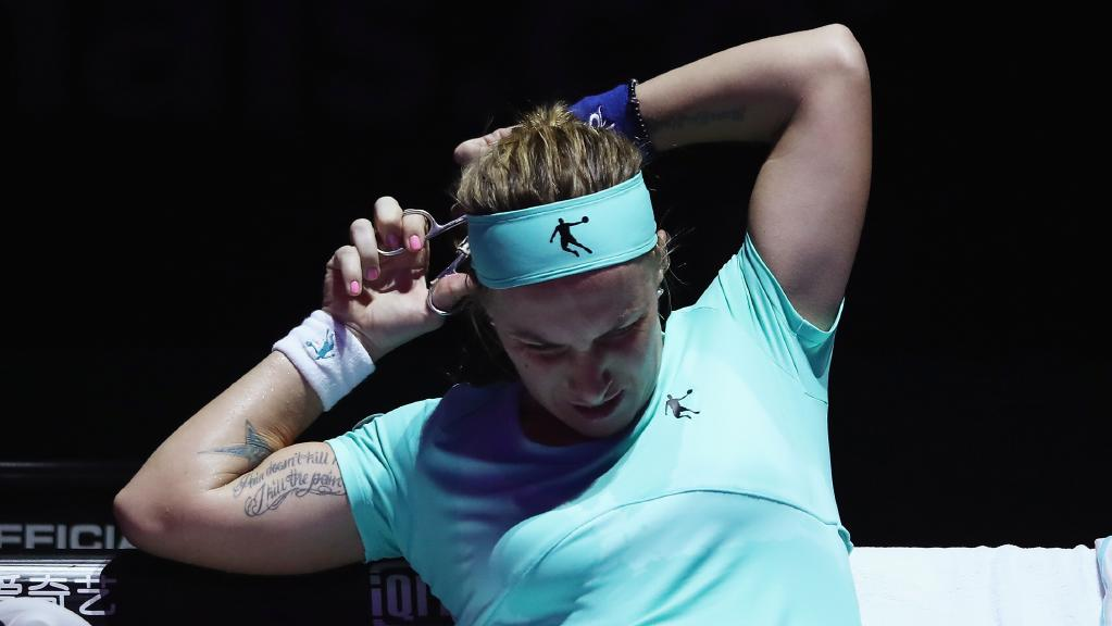 russian-player-cuts-her-own-hair-during-wta-final-against-agnieszka-radwanska