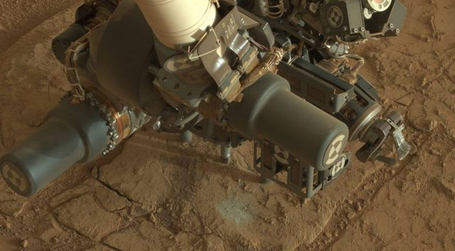 MarsCuriosityRover-Drilling-01